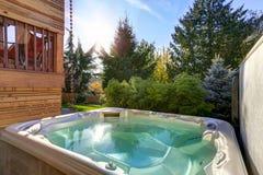 Sikten av bakgården med varmt badar för tyst avkoppling Arkivbilder