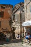 Sikten av bakgator med shoppar och kyrkan i Gordes Arkivbilder