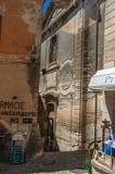 Sikten av bakgator med shoppar och kyrkan i Gordes Arkivfoton