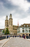 Sikten av berömda Zurich kyrktar i Zurich, Schweiz Zurich I Fotografering för Bildbyråer