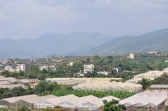 Sikten av bergen och det jordbruks- landet Arkivfoton