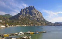 Sikten av bergen och havet skäller med pir, små powerboats crimea royaltyfri bild