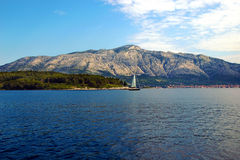 Sikten av bergen på fastlandet från semesterön av Korcula Royaltyfri Fotografi