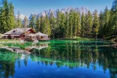 Sikten av berglaken Lago Ghedina Royaltyfri Fotografi
