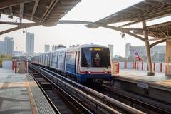 Sikten av BTS-skytrain ankommer till BTS-stationen Royaltyfri Fotografi