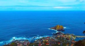 Sikten av byn av Porto Moniz med lava-vaggar pölen, madeiraön, Royaltyfria Bilder