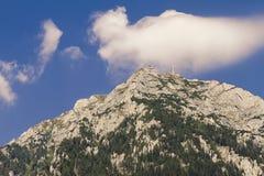 Sikten av caraimanhjältar korsar monumentet i bucegiberg Royaltyfri Bild