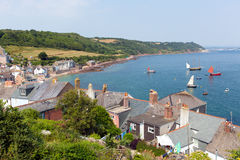 Sikten av Cawsand och Kingsand seglar utmed kusten Cornwall England Royaltyfri Bild