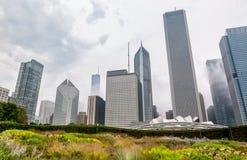 Sikten av Chicago cityscape med skyskrapor från millenium parkerar i den molniga dagen, USA Arkivfoto