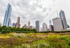 Sikten av Chicago cityscape med skyskrapor från millenium parkerar i den molniga dagen, USA Royaltyfria Foton