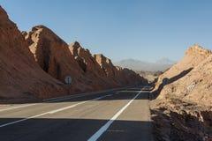 Sikten av Cordilleraen de la Sal, salt dyka upp för vit från vaggar, salthaltiga berg i den Atacama öknen, Anderna - Chile royaltyfri fotografi