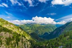 Sikten av dalen bak den Emosson fördämningen och Mont Blanc når en höjdpunkt på horisont nära schweizisk by av Finhaut Royaltyfri Bild