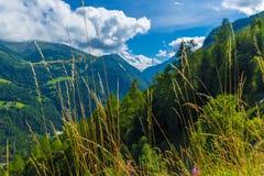 Sikten av dalen bak den Emosson fördämningen och Mont Blanc når en höjdpunkt på horisont nära schweizisk by av Finhaut royaltyfria bilder