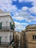 Sikten av de smala gatorna av Valletta Arkivbilder