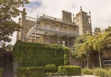 Sikten av denöstliga fasaden av slotten från botten av gräsplanen parkerar crimea arkivfoto