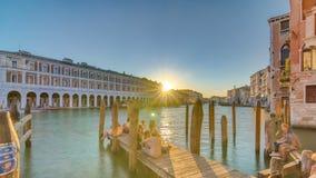 Sikten av den öde Rialto marknaden på solnedgångtimelapse, Venedig, Italien beskådade från pir över Grand Canal arkivfilmer