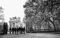 Sikten av den Arco dellahastigheten, båge av fred, från Sempione parkerar i centrum av Milan, Italien arkivfoton