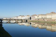 Sikten av den Arno flodinvallningen med arkitekturbyggnader överbryggar reflecttions Royaltyfria Foton
