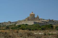 Sikten av den bekanta forntida staden av Mdina också som royaltyfria bilder