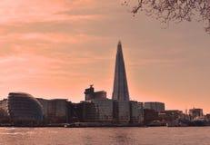 Sikten av den berömda skärvan och stadshuset på den södra banken för London ` s på soluppgång london uk April 2018 arkivbilder