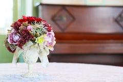 Sikten av den blom- garneringen på tabellen Arkivbilder