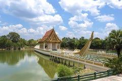 Sikten av den buddistiska relikskrin på det Suphannahong skeppet på Wat Ban Na M Arkivbild