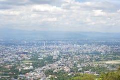 Sikten av den Chiang Mai staden från en siktspunkt på det Doi Suthep berget som en nivå tar av från den Chiang Mai flygplatsen Royaltyfri Fotografi