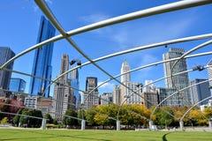 Sikten av den Chicago staden från millenium parkerar, den Pritzker paviljongen Royaltyfria Foton