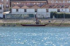 Sikten av den Douro floden, med rabelofartyget, transporterar Portoen som är marginell av den Gaia staden som bakgrund royaltyfri fotografi