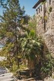 Sikten av den gamla porten och vallarna av semesterorten 8619 Arkivfoto