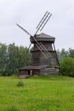 Sikten av den gamla träväderkvarnen är den Suzdal staden Arkivbild