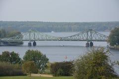 Sikten av den Glienicke bron över floden Havel i Berlin, kallade också spionbron arkivbild
