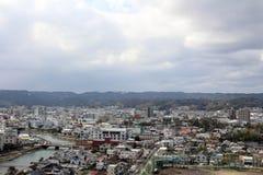 Sikten av den Karatsu staden från slotten Det ` s som lokaliseras av sen arkivbild