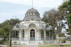 Sikten av den klassiska bizantinen som byggs i utl?ggning, parkerar, Lima, Peru royaltyfri fotografi