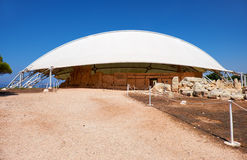 Sikten av den megalitiska templet av Hagar Qim under skyddande tio Royaltyfri Fotografi