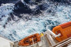Sikten av den moderna säkerhetslivräddningsbåten bar vid ett kryssningskepp Arkivbild