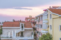 Sikten av den moderna staden av Budva är den huvudsakliga turist- mitten av Montenegro Arkivfoton