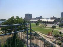 Sikten av den Peabody park/riverfronten parkerar från föreningspunktbron Arkivfoton