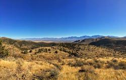 Sikten av den Salt Lake dalen och den Wasatch framdelen deserterar berg i Autumn Fall som fotvandrar Rose Canyon Yellow Fork som  royaltyfri bild