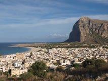 Sikten av den San Vito locapoen och dess kustlinje badade capoen vid för den medelhav-/San Vito loen, Sicilien, Italien Fotografering för Bildbyråer