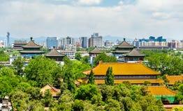 Sikten av den Shouhuang slotten i Jingshan parkerar - Peking Arkivbilder