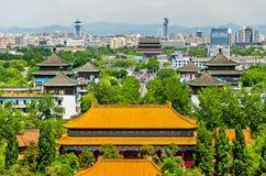 Sikten av den Shouhuang slotten i Jingshan parkerar - Peking Royaltyfri Foto