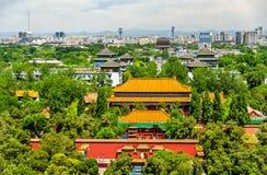 Sikten av den Shouhuang slotten i Jingshan parkerar - Peking Royaltyfria Bilder