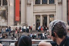 Sikten av den storstads- konstmuseet av New York City av turnerar uppifrån bussen arkivfoton