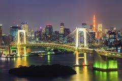 Sikten av den Tokyo fjärd-, regnbågebron och Tokyo står högt royaltyfria foton