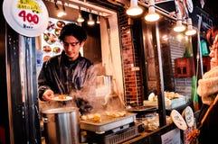 Sikten av den Tsukiji fiskmarknaden med återförsäljnings- shoppar och restauranglastbilschauffören i Tokyo Royaltyfria Foton