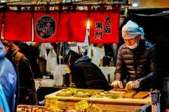 Sikten av den Tsukiji fiskmarknaden med återförsäljnings- shoppar och restauranglastbilschauffören i Tokyo Arkivbild