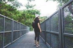 Sikten av den unga kvinnan som ser sikten från himmel, går på Chiangm royaltyfri bild