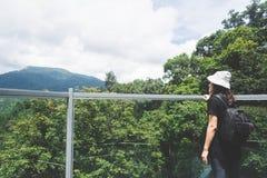 Sikten av den unga kvinnan som ser sikten från himmel, går på Chiangm arkivfoto