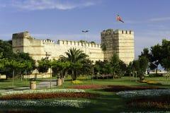 Sikten av den Yedikule fästningväggen fördärvar och tornet Arkivbild